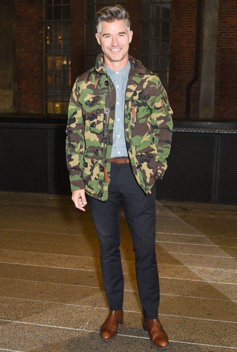 diễn viên eric rutherford mặc áo camo jacket