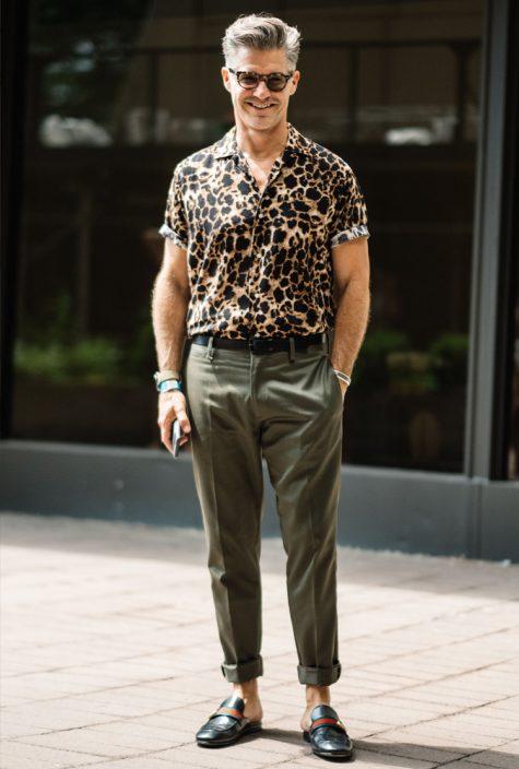 diễn viên eric rutherford mặc áo họa tiết da báo