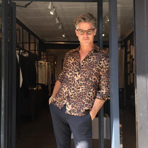 diễn viên eric rutherford mặc áo da báo đẹp