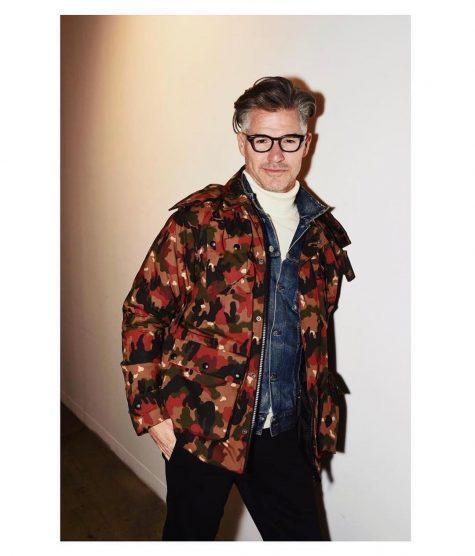 diễn viên eric rutherford mặc áo khoác camo