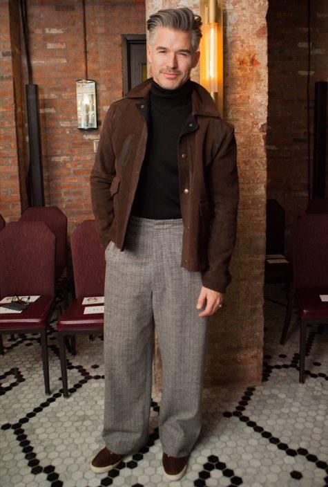 diễn viên eric rutherford mặc áo khoác da lộn