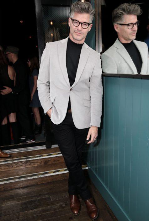 diễn viên eric rutherford mặc áo vải nhung coduroy