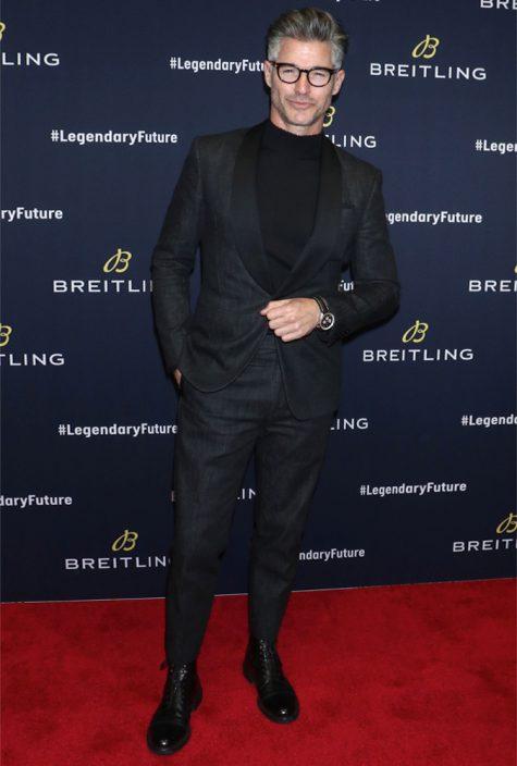 diễn viên eric rutherford mặc full đen