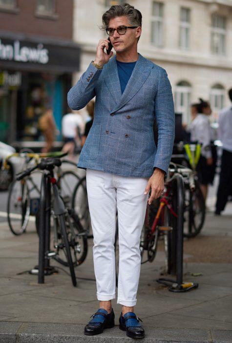 diễn viên eric rutherford mặc quần chinos trắng