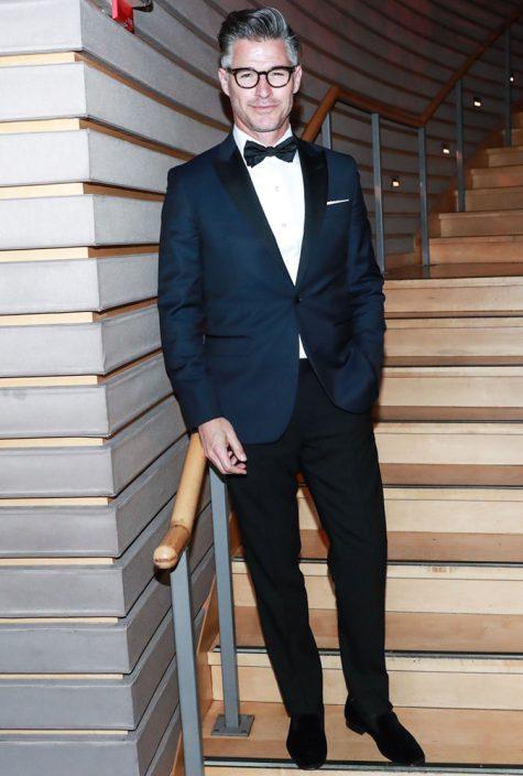 diễn viên eric rutherford mặc suit xanh