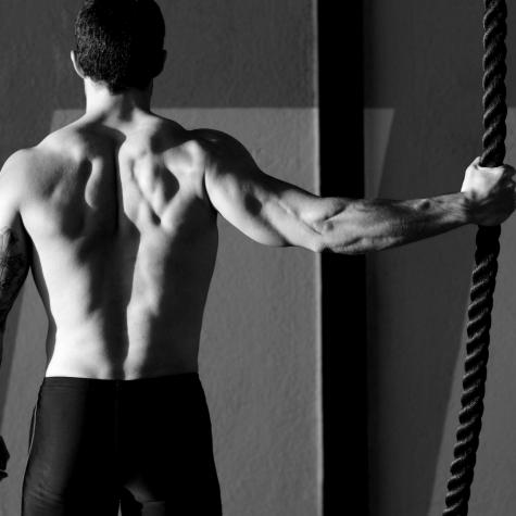 người có cơ bắp khoẻ mạnh người đàn ông cầm sợi dây thừng