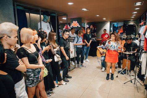 nhóm ca sĩ khuấy động tại event của thương hiệu KAPPA