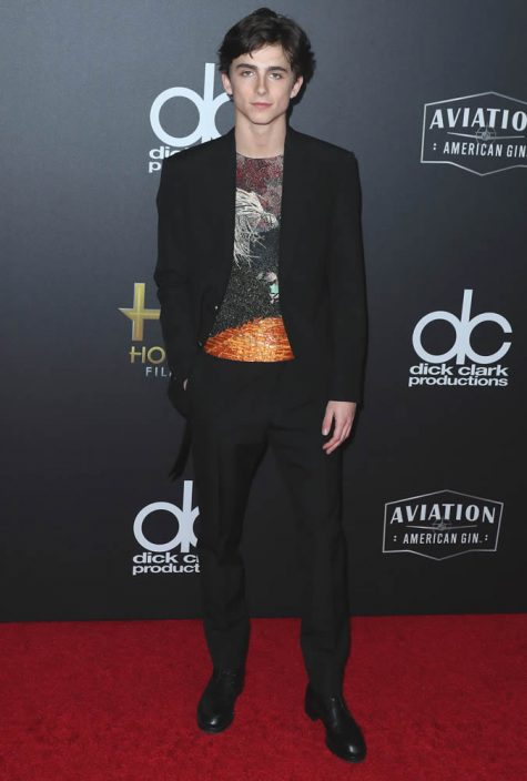 diễn viên Timothée Chalamet mặc suit đen áo thun màu sắc