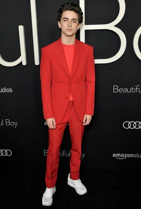 diễn viên Timothée Chalamet mặc suit đỏ
