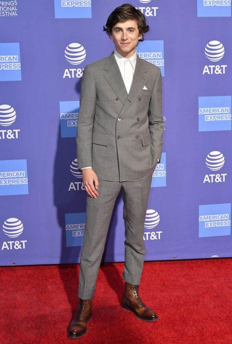 diễn viên Timothée Chalamet mặc suit hai hàng khuy xám