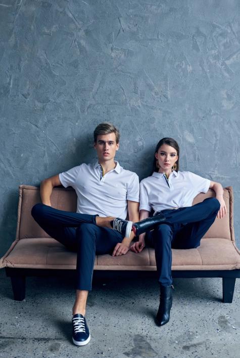 Áo Polo nam giới màu trắng trong photoshoot cặp đôi