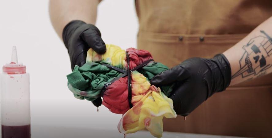 ao tie dye - nhuom mau xoan ao - elle man 3