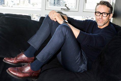 diễn viên ryan reynolds-ryan reynolds tạo dáng bên sofa