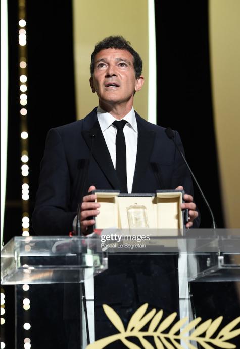 Lễ trao giải LHP Cannes-Antonio Banderas trong Pain and Glory nhận giải thưởng Nam diễn viên xuất sắc nhất.