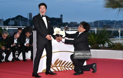 Phút vui đùa của đạo diễn Bong Joon-Ho và diễn viên chính Kang-Ho Song tại LHP Cannes