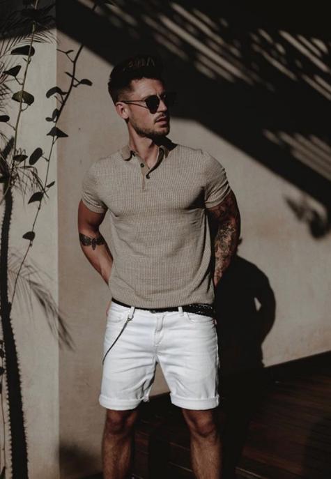 áo polo nam màu xám và quần đùi trắng