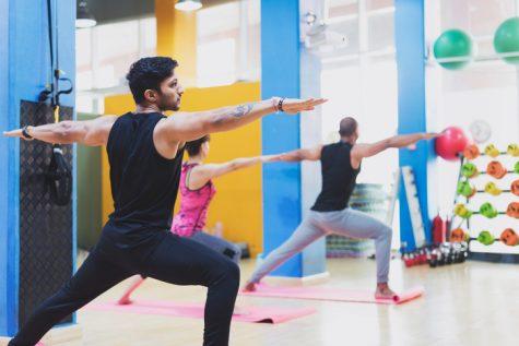 động lực tập gym-đàn ông đang tập yoga
