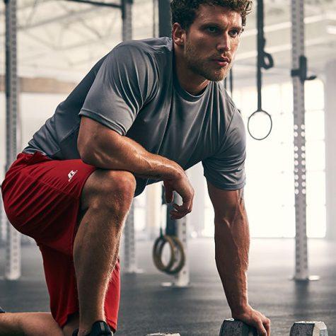 động lực tập gym-đàn ông mặc quần đỏ đang tập gym