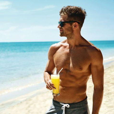 thức uống có cồn-chàng trai đang tạo dáng bên bờ biển