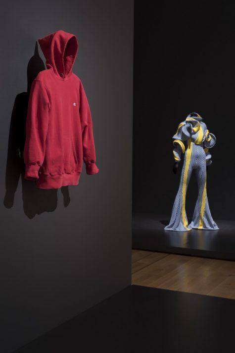 Trien-lam-Items-IsFashion-Modern-cua-MoMA-của logo- thương hiệu Champion
