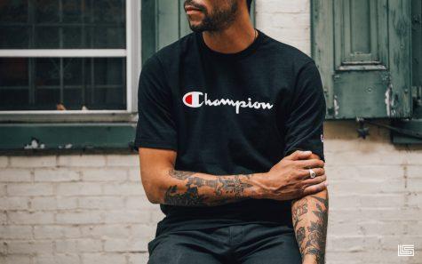 mẫu nam mặc áo có logo thương hiệu champion