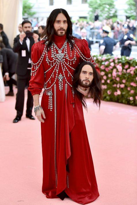 Jared Leto với phụ kiện ấn tượng trên tay cùng trang phục hoài cổ của Gucci. Ảnh: Getty Images
