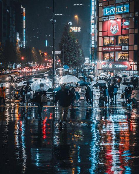 bộ ảnh đẹp - dòng người đi lại trên phố sau cơn mưa