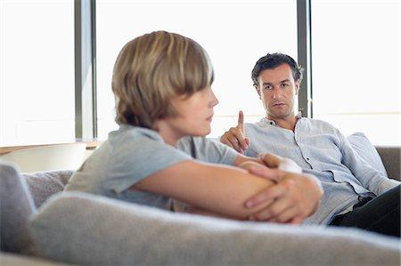 Hình ảnh cha nhìn con đầy khó chịu