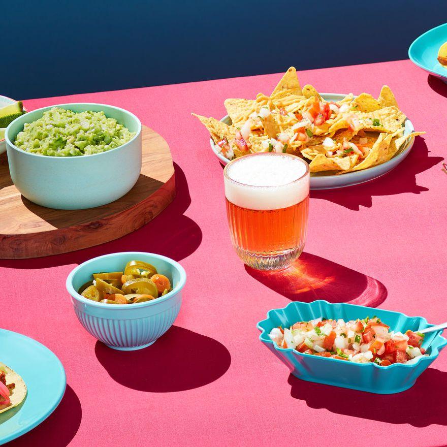 uống rượu bia-bàn tiệc gồm bia và nhiều loại thức ăn