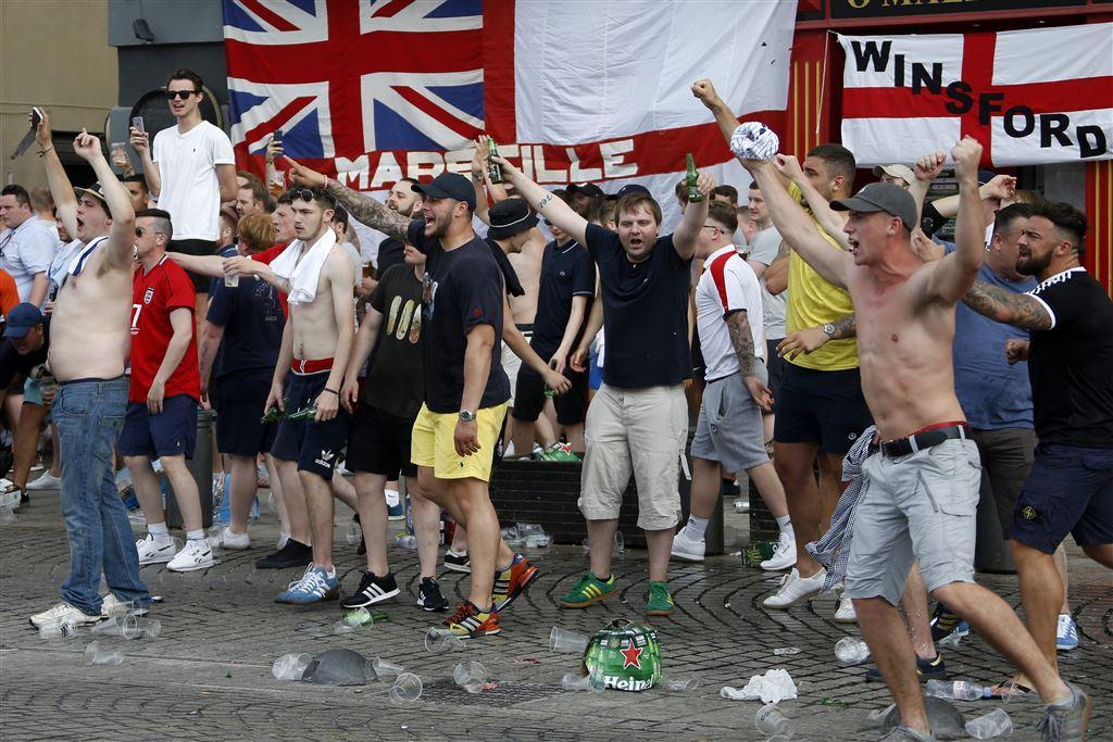 """Tại EURO 2016, những hooligans của tuyển bóng đá Anh đã có những xung đột với người hâm mộ Nga trước thềm trận đấu. Ta có thể thấy được, trang phục """"casual"""" và adidas vẫn là các lựa chọn chủ yếu của họ"""