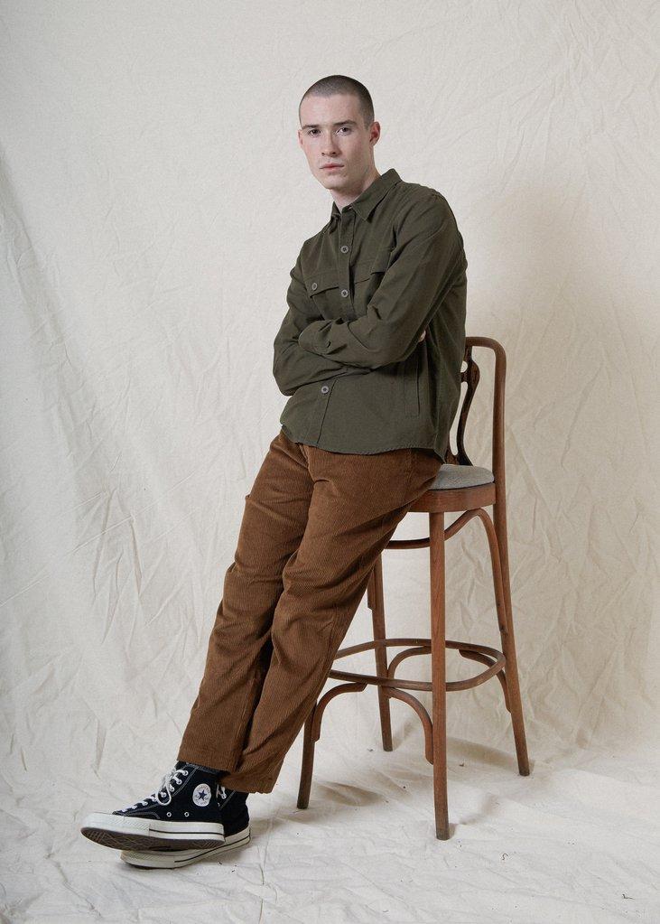 hướng dẫn phôi đồ cho đàn ông gầy - áo sơ mi xanh và quần nhung gân nâu