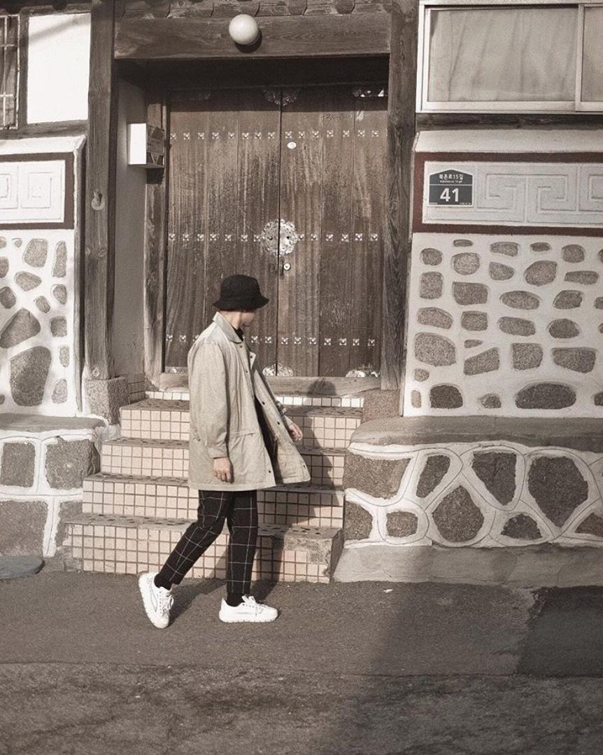 hướng dẫn phôi đồ cho đàn ông gầy -mẫu mặc áo khoác trắng nón và quần đen