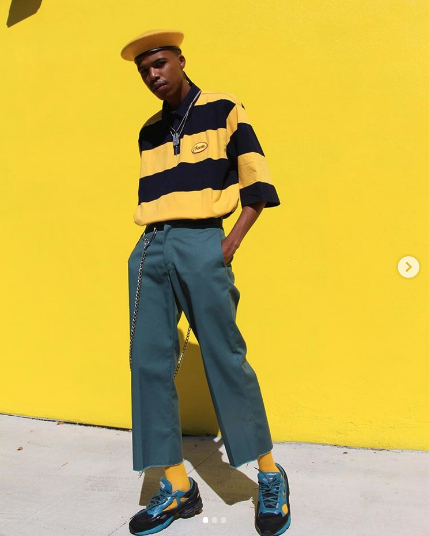 hướng dẫn phôi đồ cho đàn ông gầy-mẫu mặc áo sọc vàng xanh và quần xanh