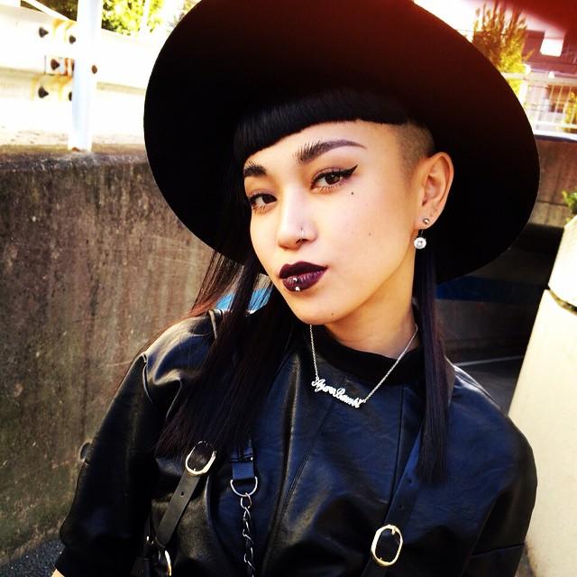 nữ daner-Aya Sato đội mũ