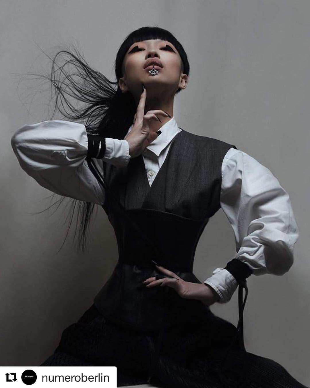 nữ daner-Aya Sato mặc trang phục menwear
