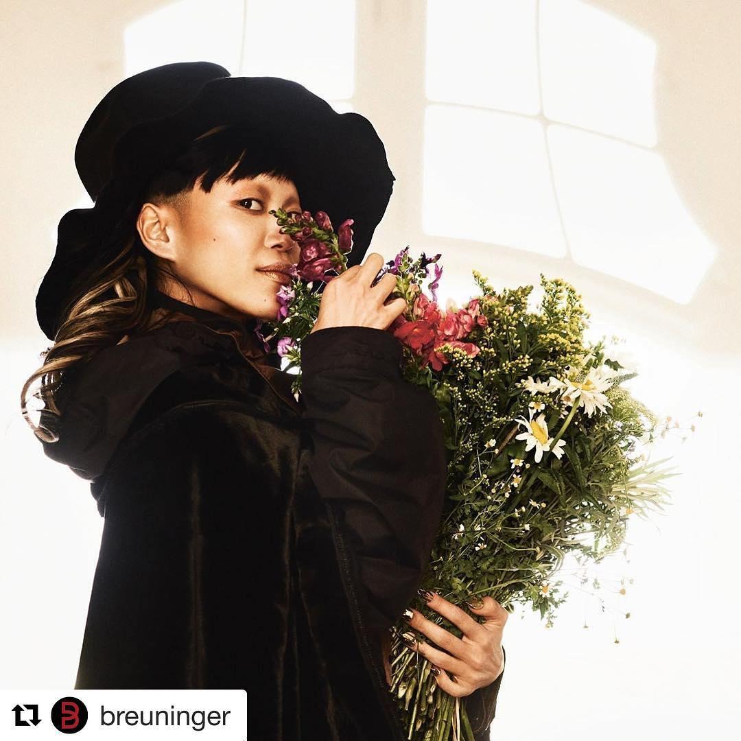 nữ daner-Aya Sato tạo dáng bên hoa