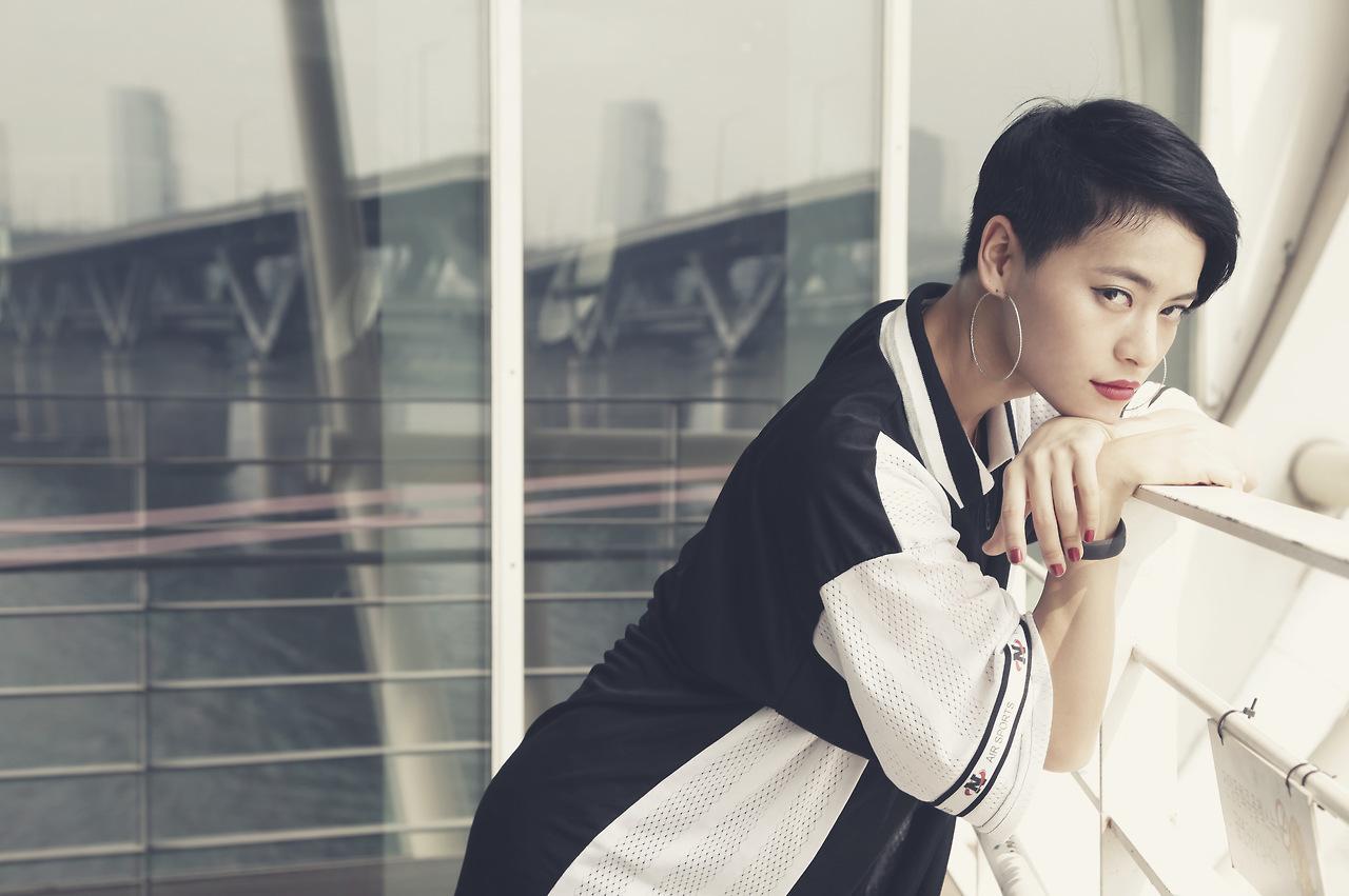 nữ dancer-Koharu Sugawara tạo dáng bên ban công