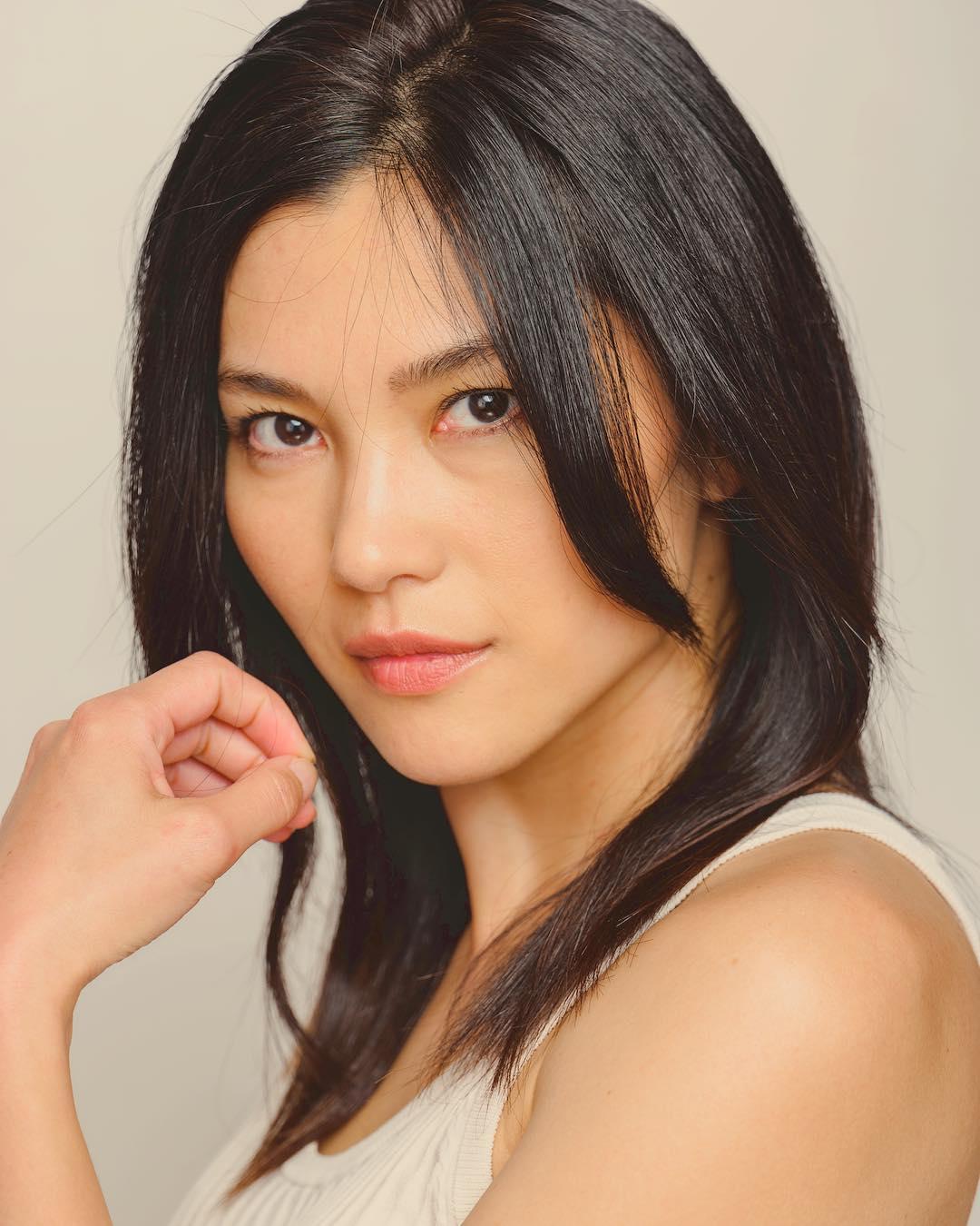 nữ dancer-Rino Nakasone tạo dáng với áo trắng