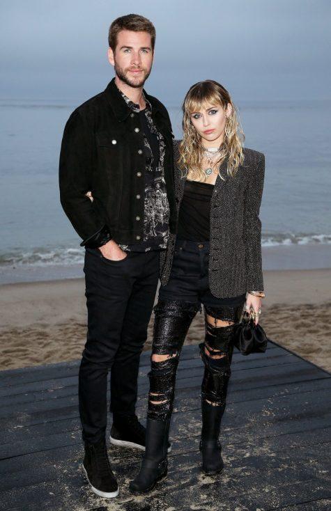 Miley Cyrus cùng Liam Hemsworth đến dự show diễn của Saint Laurent tại thành phố Malibu. Ảnh: E! News