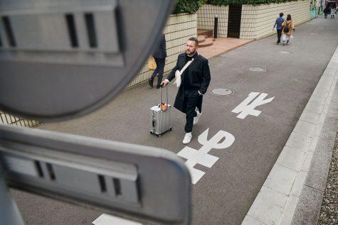 nhà thiết kế kim jones trên đường phố nhật bản cùng vali rimowa