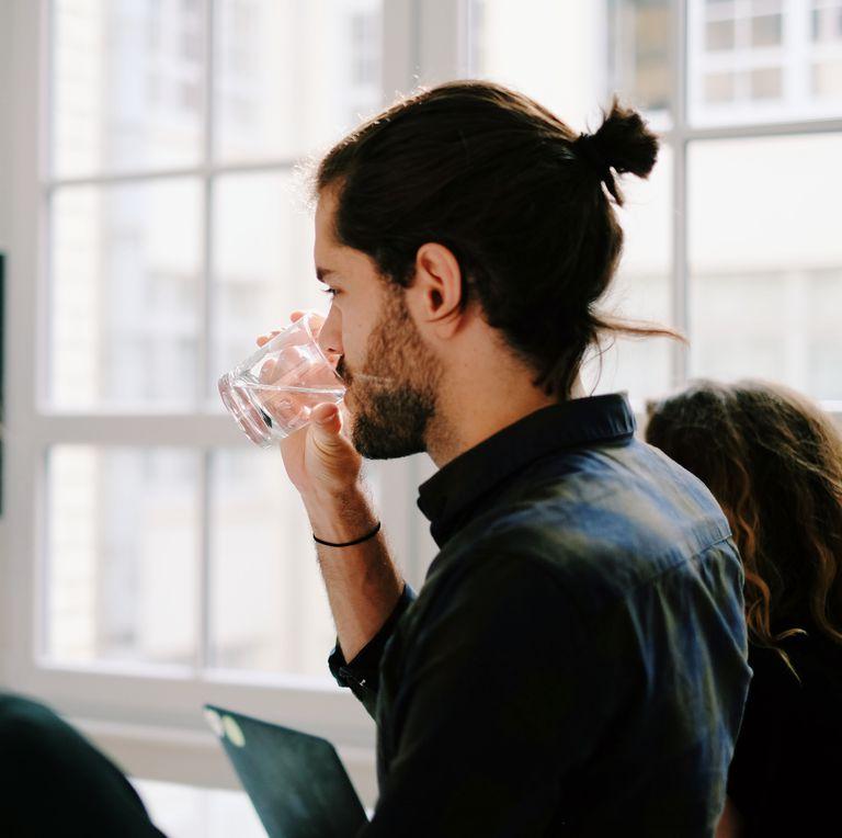 uống nước mỗi ngày-chàng trai đang uống nước