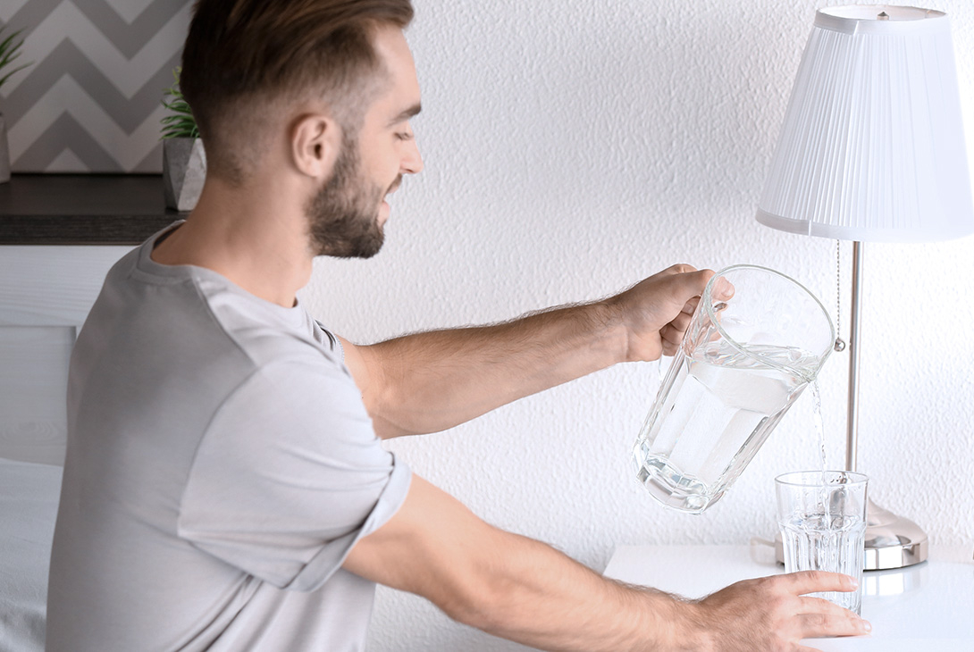 uống nước mỗi ngày-chàng trai đang rot nước