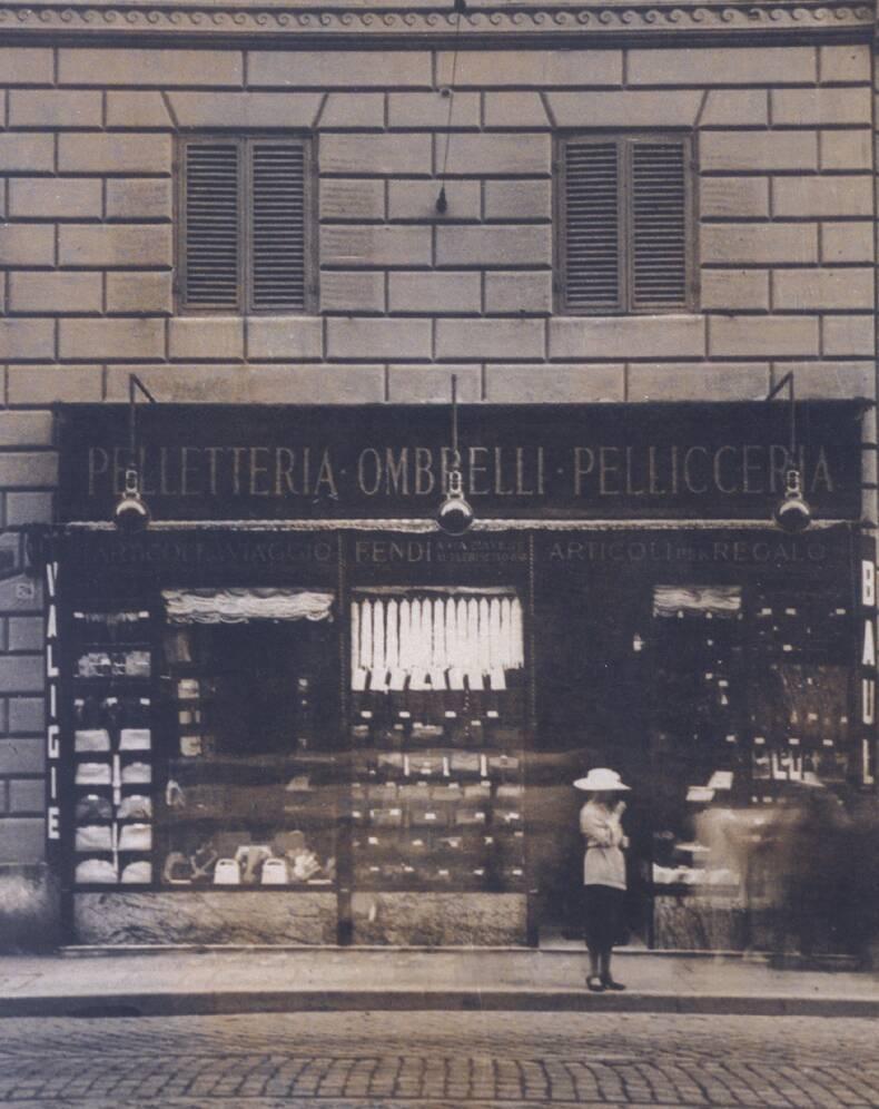 logo thương hiệu-cửa hàng đầu tiên của Fendi tại rome