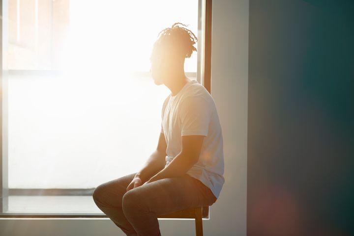 vực dậy tinh thần-chàng trai ngồi bên cửa sổ