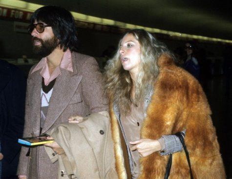phong cách thời trang sân bay của Barbra Streisand và Jon Peters 1975