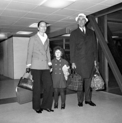 phong cách thời trang sân bay của Christopher Lee và gia đình 1970