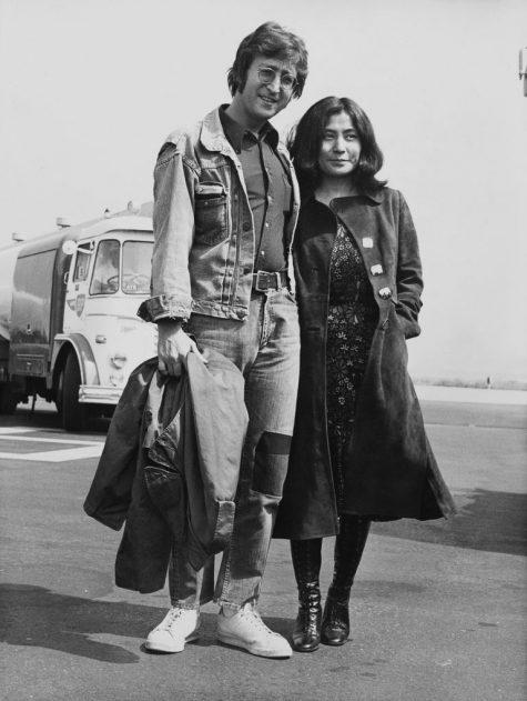 phong cách thời trang sân bay của John Lennon và Yoko Ono 1970