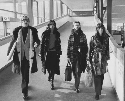 phong cách thời trang sân bay của Michael Caine, Shakira Baksh, Ringo Starr và Maureen Cox 1973