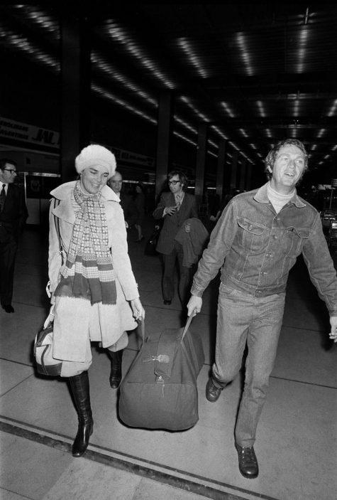 phong cách thời trang sân bay của Steve McQueen và Ali MacGraw 1973