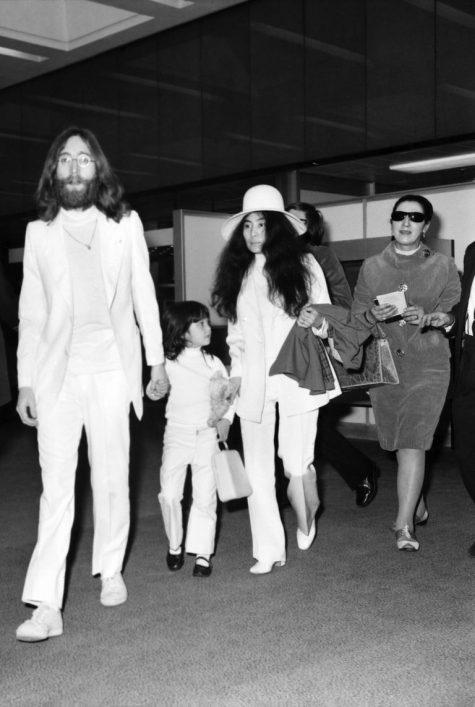 phong cách thời trang sân bay của John Lennon, Yoko Ono và con gái Julian Lenon 1970